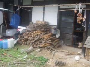 s-01納屋での薪置き状態